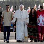 Papa Francesco attraversa la porta santa tenendo per mano sei ragazzi.  ANSA/ DANIEL DAL ZENNARO